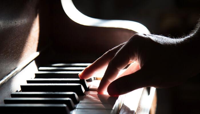 グランドピアノの鍵盤にある、鍵盤をゆっくり押したときに感じられるひっかかりを再現している
